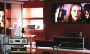 Sala Home Cinema con TV e schermo a scomparsa